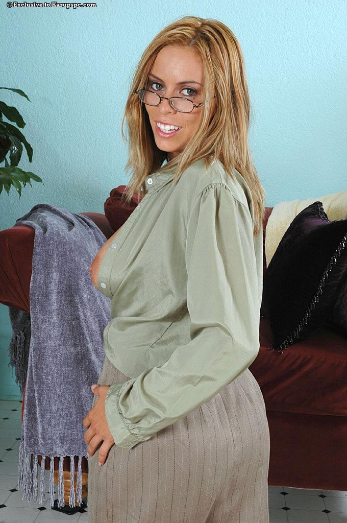 Очкастая дама с большой грудью Pandora Dreams игриво показывает свою киску