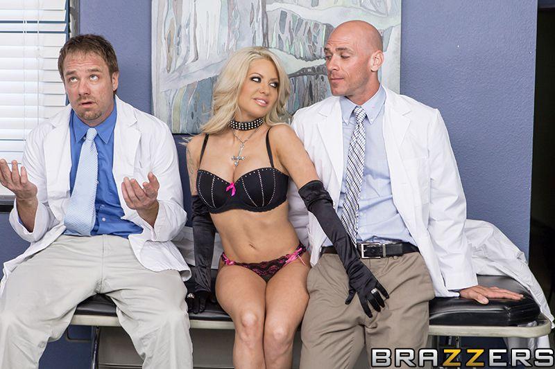 Одна из самых горячих блондинок в интернете - Helly Mae Hellfire Она тебе точно понравится