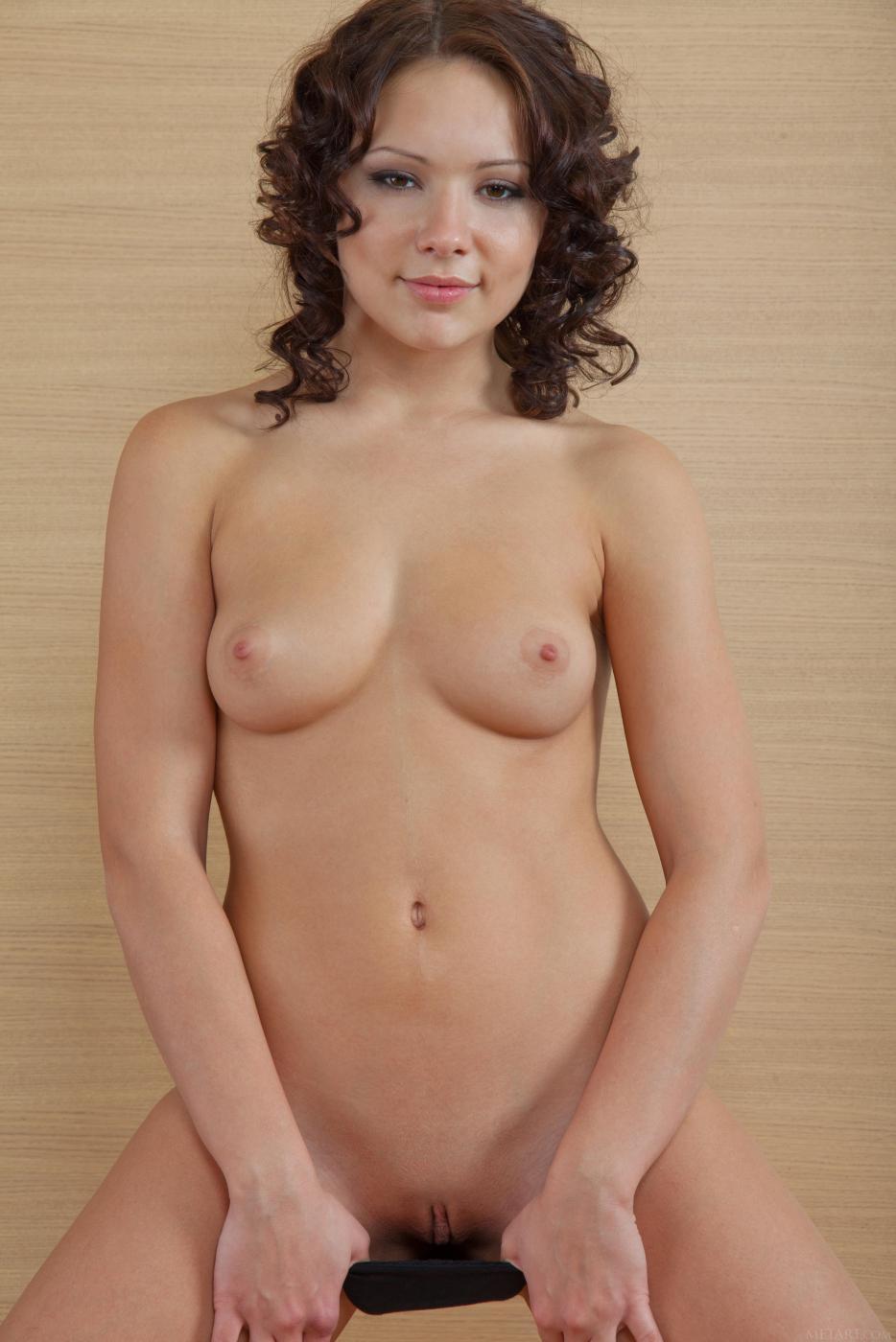 Ослепительная Beatrice C снимает черное белье и позирует голышом, показывая свое роскошное тело