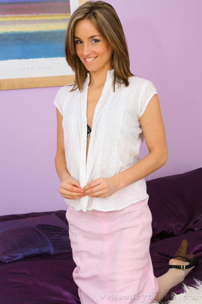 Привлекательная детка с милым личиком и очаровательной улыбкой Melanie Walsh любит позировать в белье