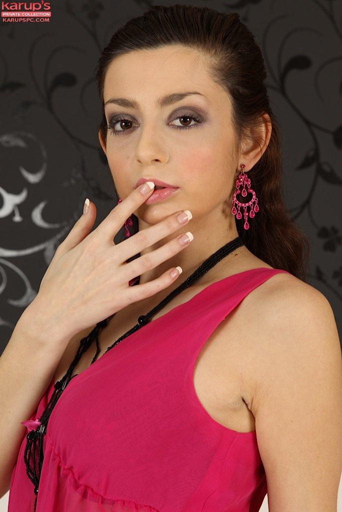 Развратная Niana Dorev снимает белье и играет с бритой киской