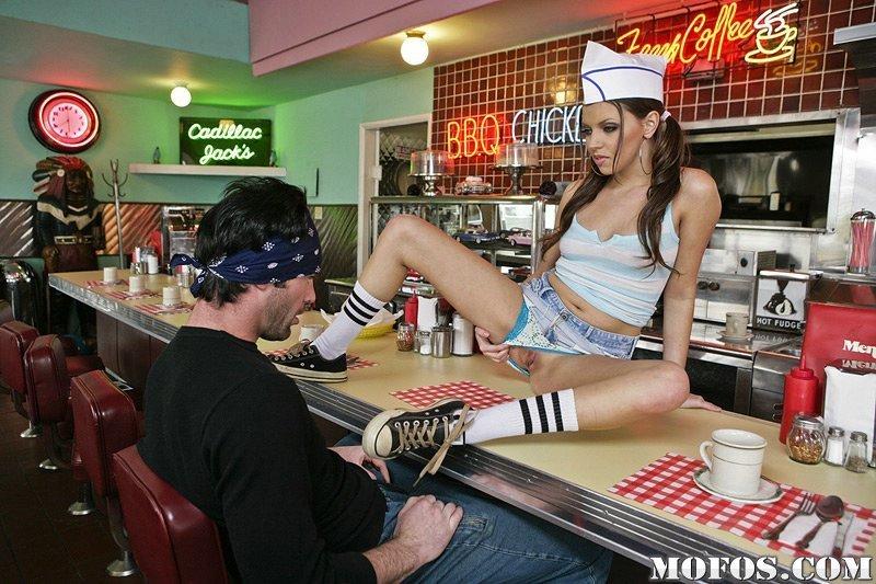 Развратная официантка Missy Stone сосет парню и трахается у барной стойки