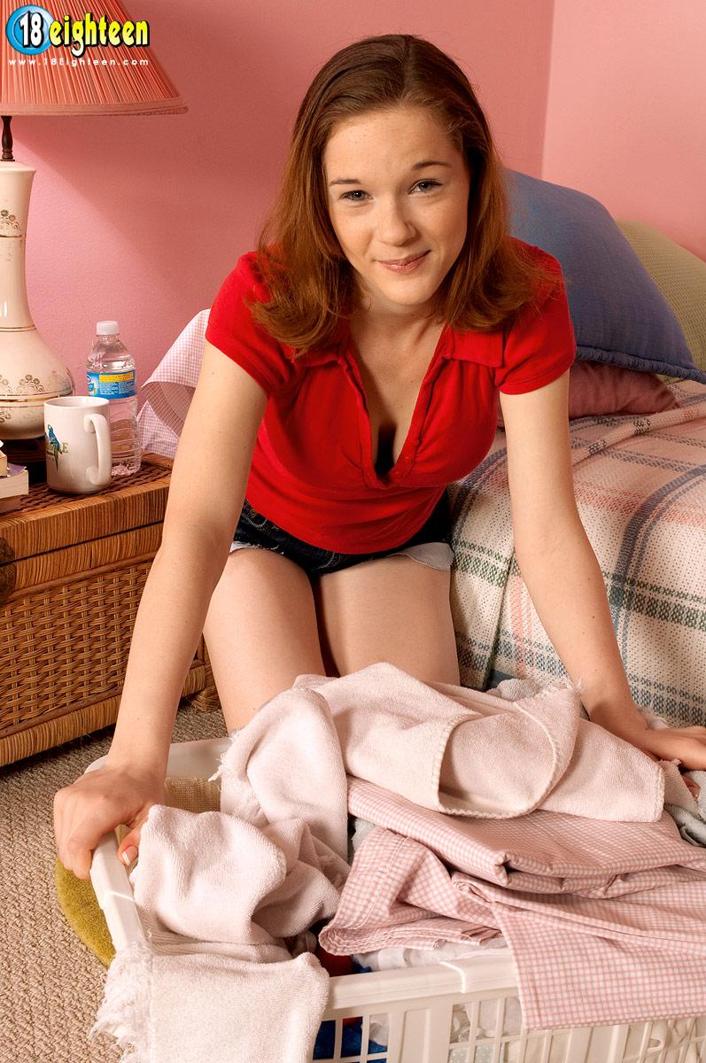 Роскошная девочка-подросток Alice White раздевается и соблазнительно лижет возбужденные сосочки