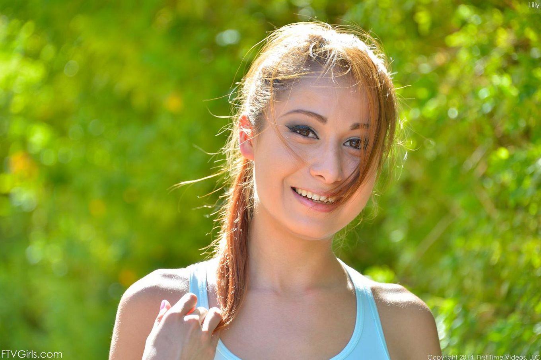 Роскошная молодая девушка Lilly Evans выходит на пробежку и показывает грудь с киской