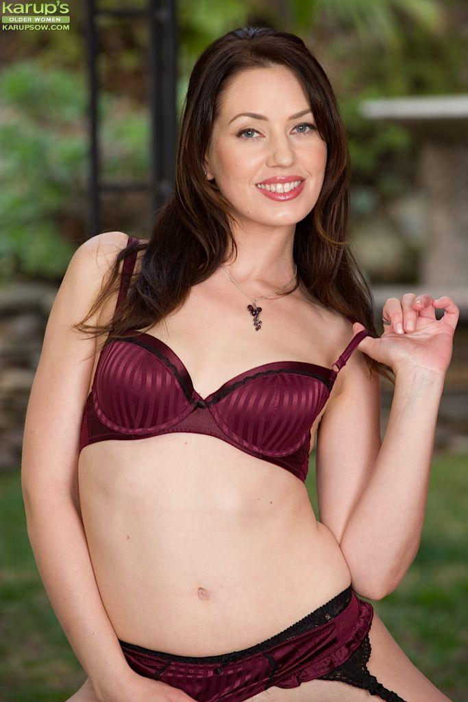 Сексуальная красотка Sarah Shevon мастурбирует