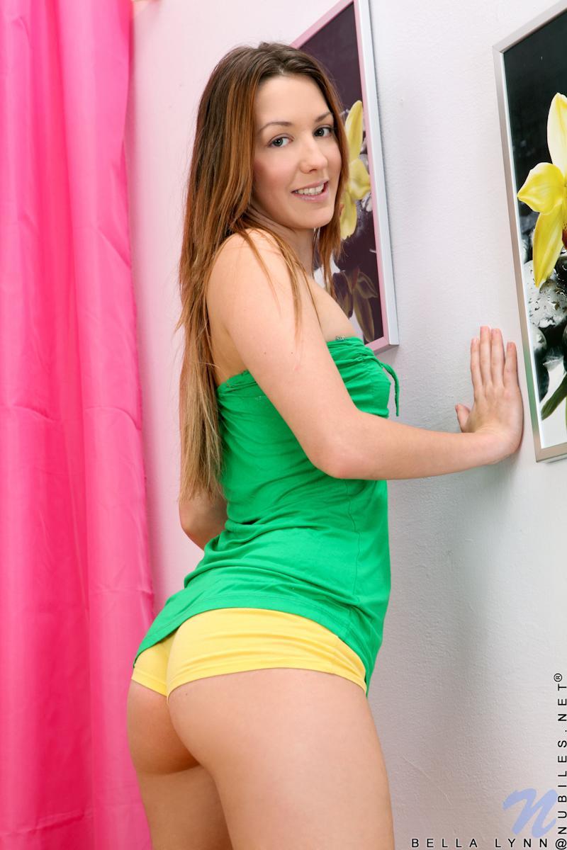 Симпатичная малышка Kimber Winters любит позировать в зеленом платье и без него