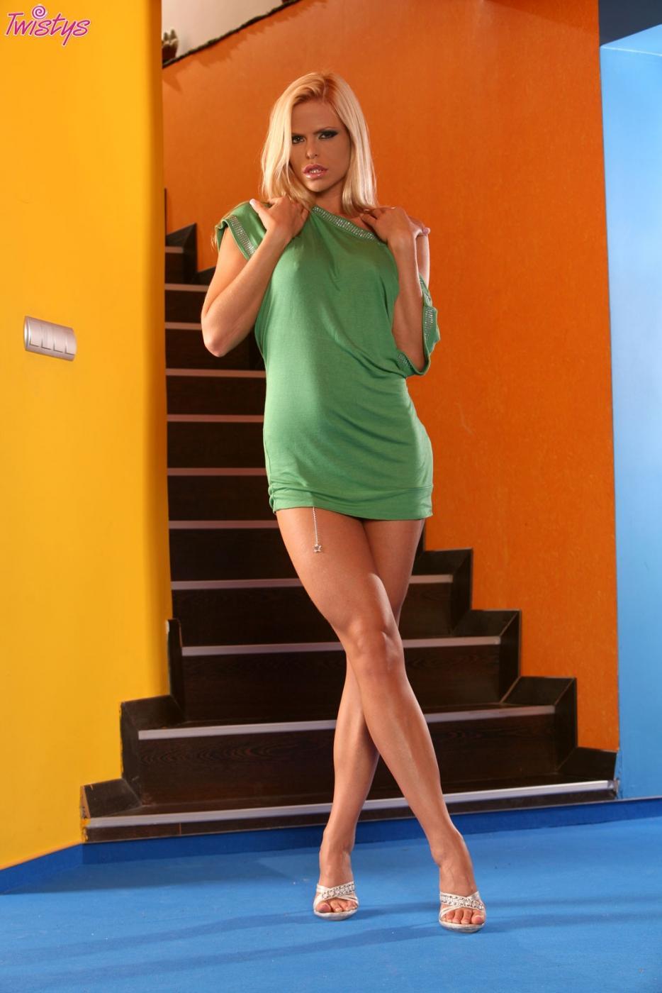 Сисястая мамаша Wivien снимает платье и трусики чтобы трахнуть киску игрушкой