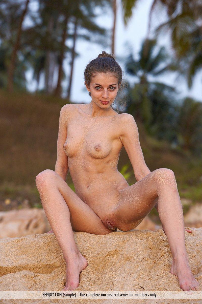 Сладкая цыпочка Paula B в романтичной эротической фотосессии на побережье моря
