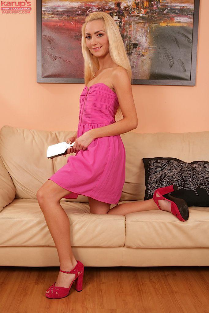 Сняв свое розовое платье, милая детка Victoria Puppy вводит игрушку в свою мокрую киску