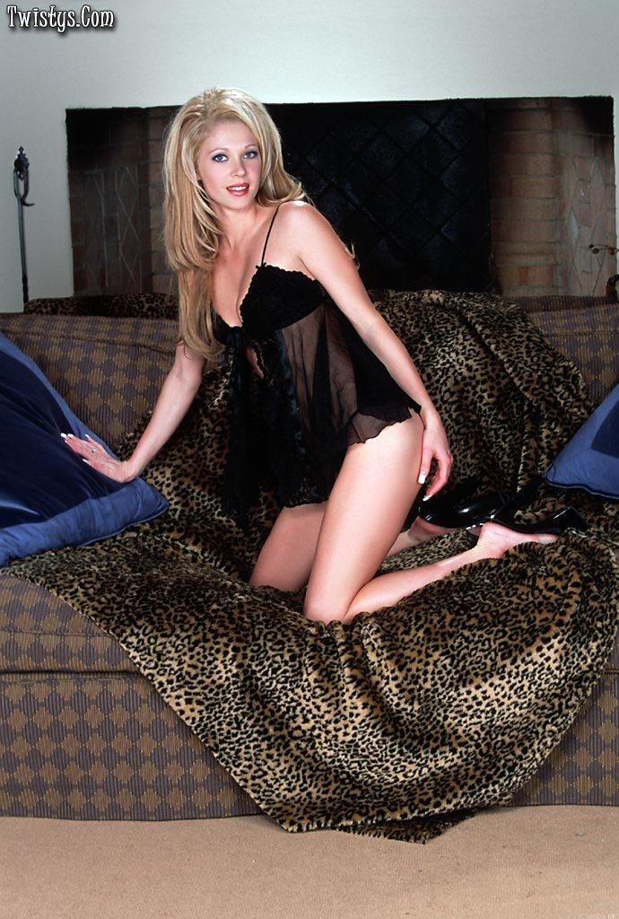 Сногсшибательная златовласка Riley Roberts нетерпеливо снимает прозрачную черную ночнушку и дрючит свою вагину фаллоимитатором