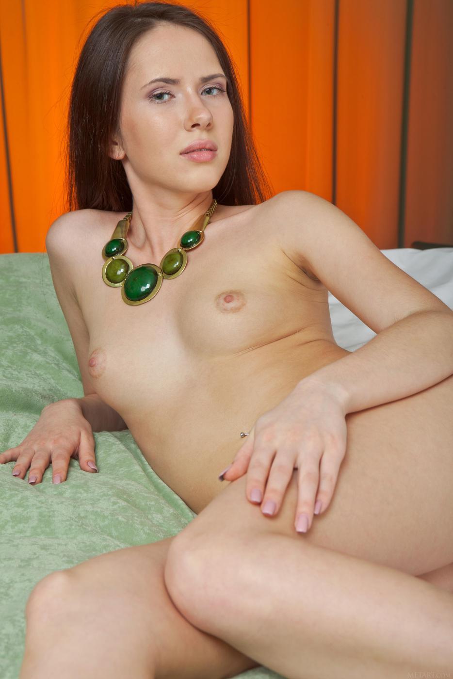 Стройная детка Margo G поворачивается перед камерой, показывая бритые дырочки и маленькую грудь