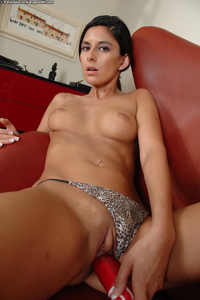 Стройная мамуля с сексуальным телом Nikki Daniels раздевается и затем берет красный самотык в свою узкую киску