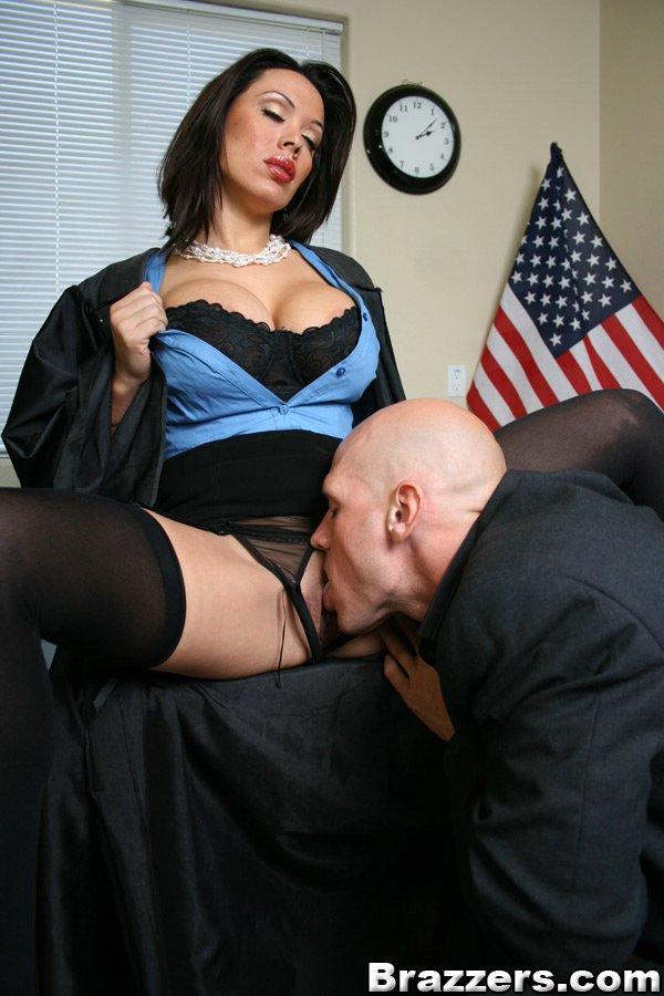 Судья с большой грудью и в черном белье Sienna West дает лысому мужику грубо себя трахнуть