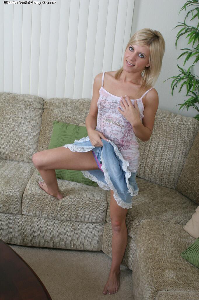 Светловолосая девушка Sophia Flowers позирует обнаженной и сексуально трогает свою обнаженную киску