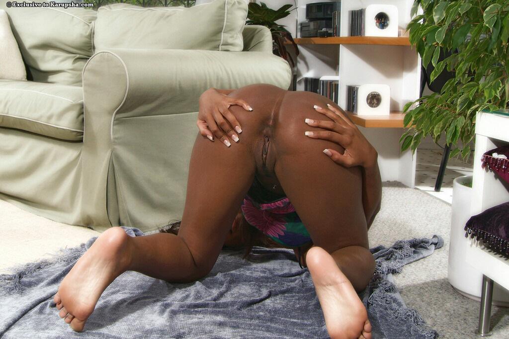 Темнокожая малышка Rane Revere заполняет коричневую киску ярко-розовым дилдо