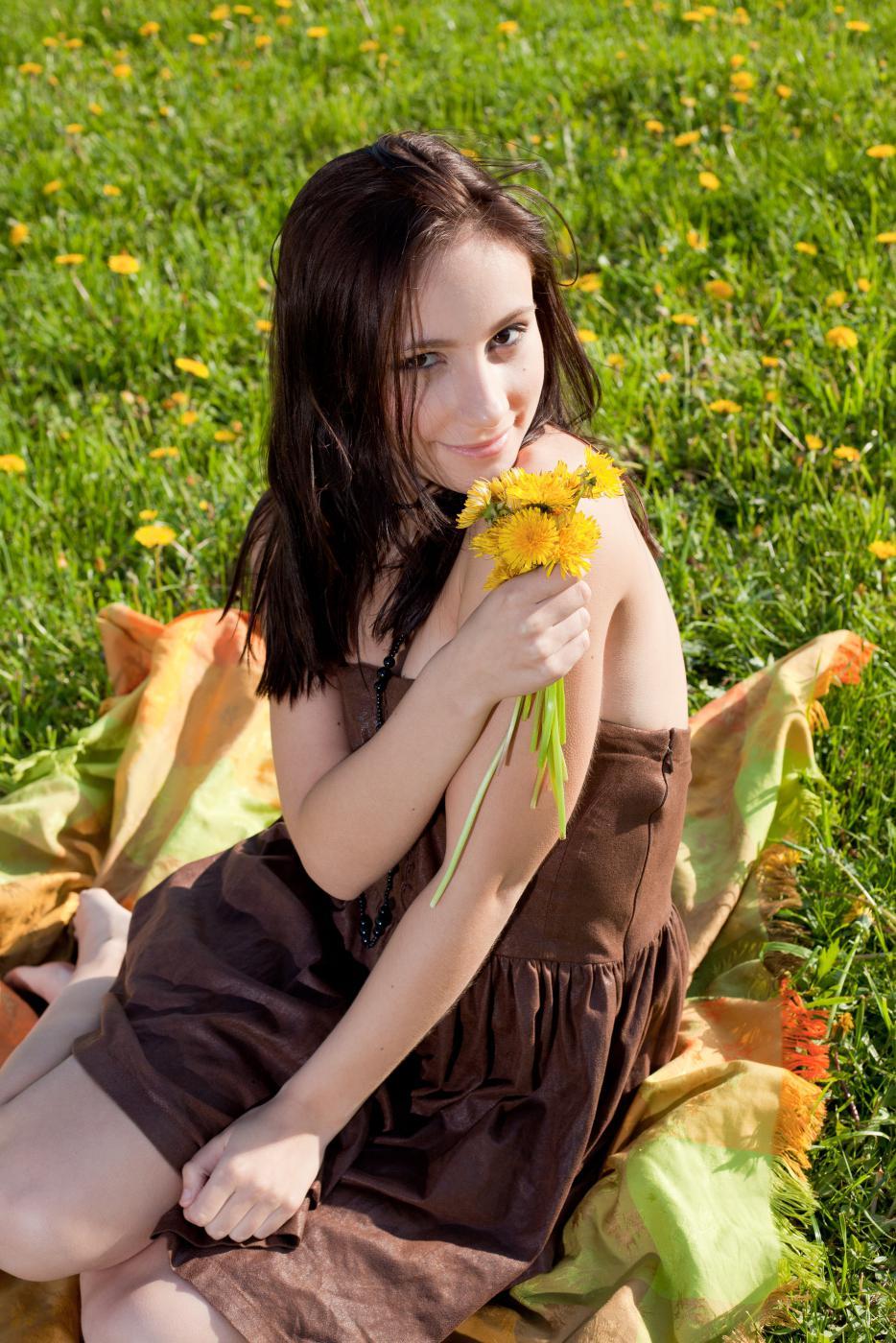 Темноволосая малышка Victory Nubiles хочет насладиться мягкой зеленой травой и нежным солнышком на своем обнаженном теле
