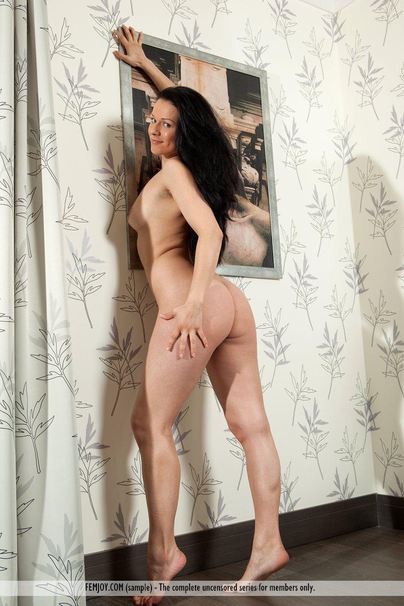 Темноволосая зрелая барышня Katerina Nova показывает свой анус, сиськи и узенькую киску