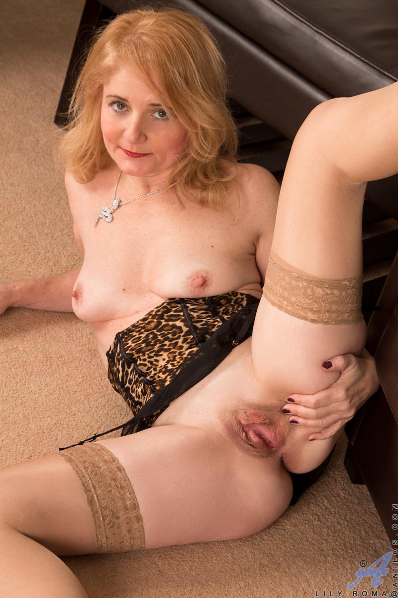 Знойная мамочка Lily Roma показывает как страстно она мастурбирует