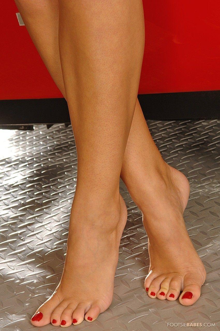 Zuzana Z показывает свои голые ноги, после того, как сняла чулочки в машине