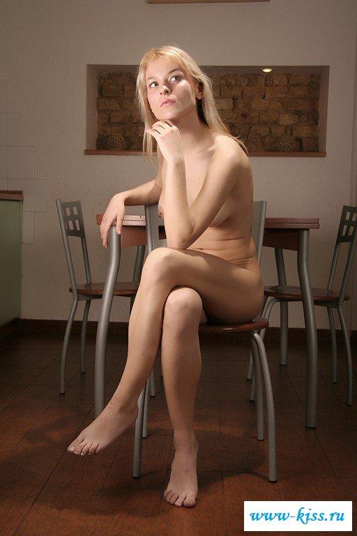 Обнаженная блондинка залезла на стол