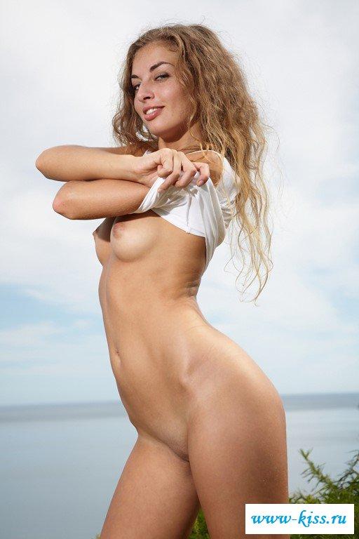 Великолепная сучка с голыми титьками
