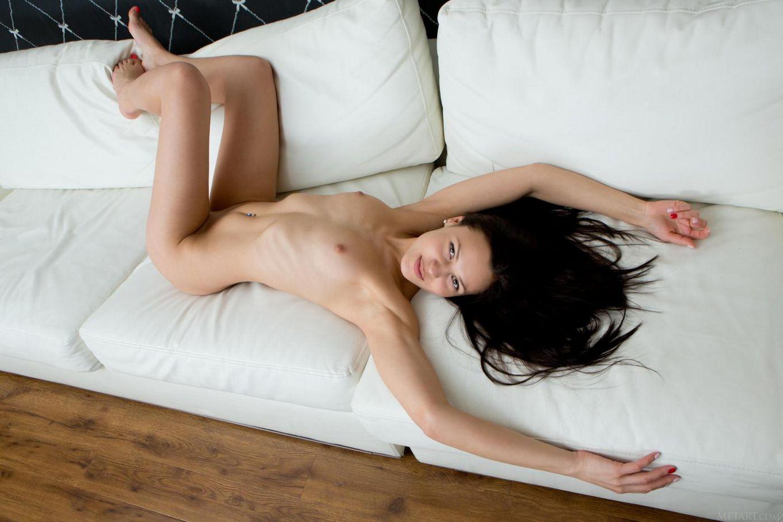 Красивая брюнетка Taini A не против раздвинуть ножки и показать киску