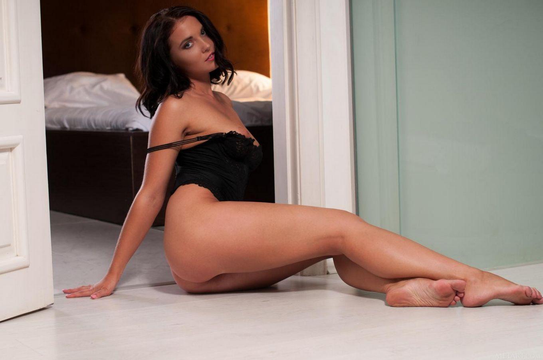 Молодая знойная брюнетка Tara C снимает свое черное белье и раздвигает ножки