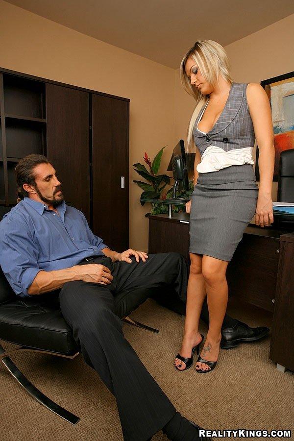 Офисная блядь с шелковистыми волосами Megan Monroeс классной грудью раздвинула ноги для начальника