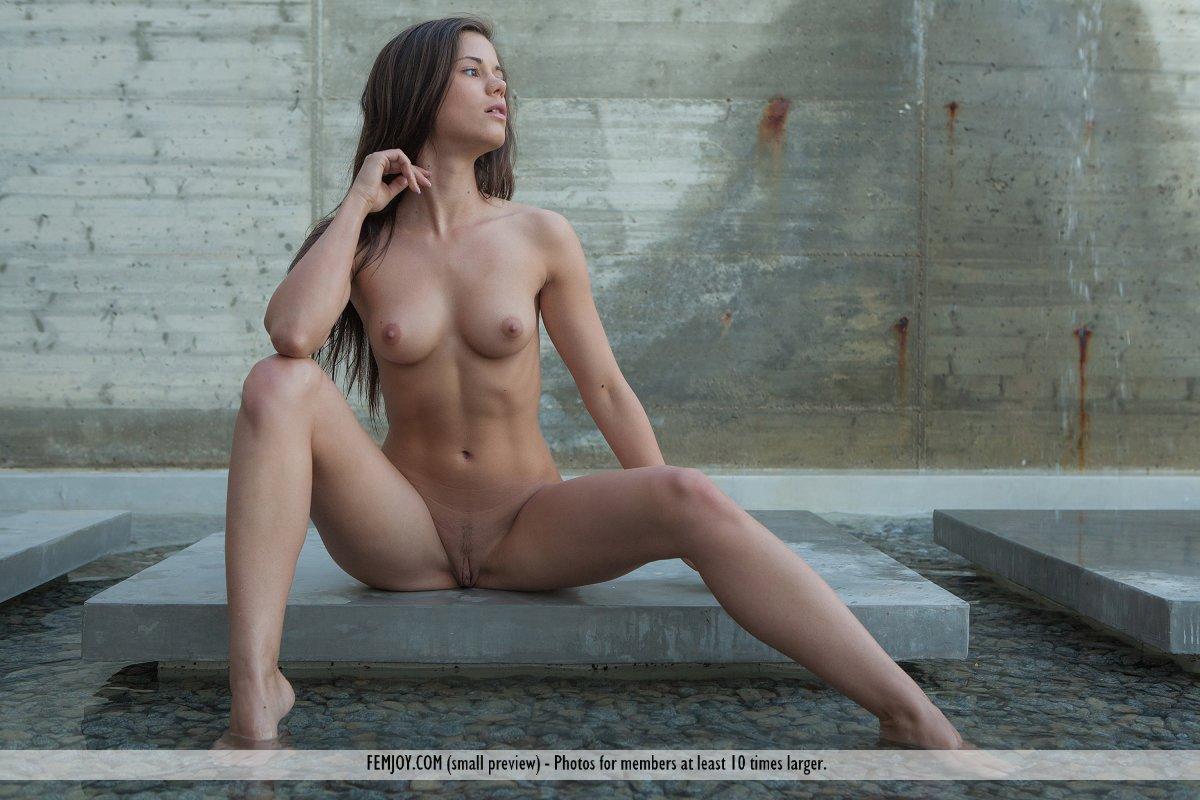 Сексуальная, обнаженная, молодая Little Caprice раздвигает ножки и позирует, показывая свои титечки и аппетитную дырочку