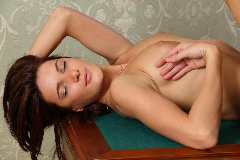 Сидя на стуле, Milla Yul раздвигает ноги и показывает бритую киску
