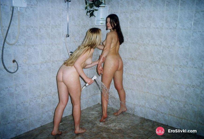 Две русские лесбиянки зимой после сауны ласкаются голыми на снегу