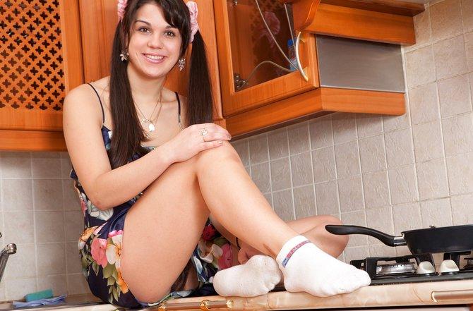 Пареньку давно нравятся девки с мохнатками между ног