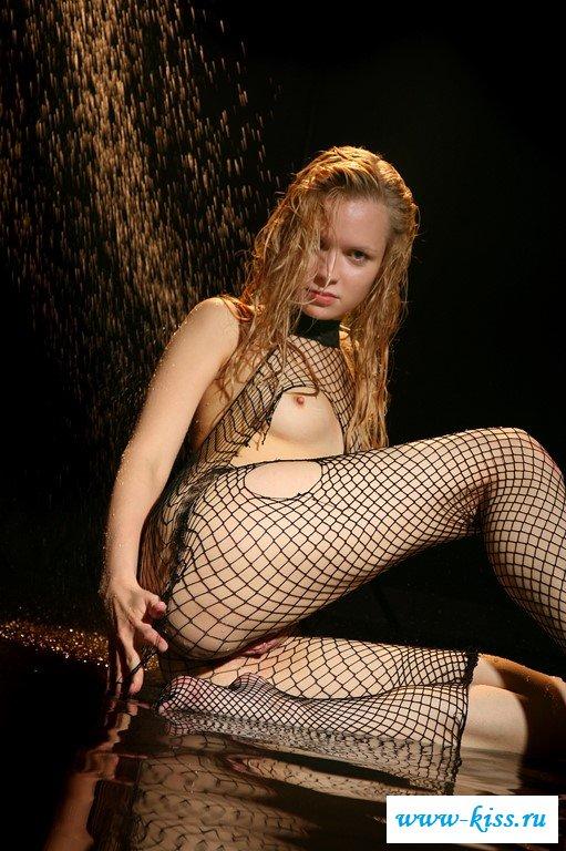 Русская девка с обнаженными титьками флиртует