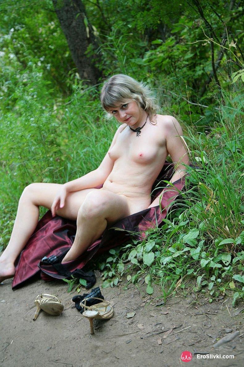 Зрелая блондинка разделась до чулков в общественном парке