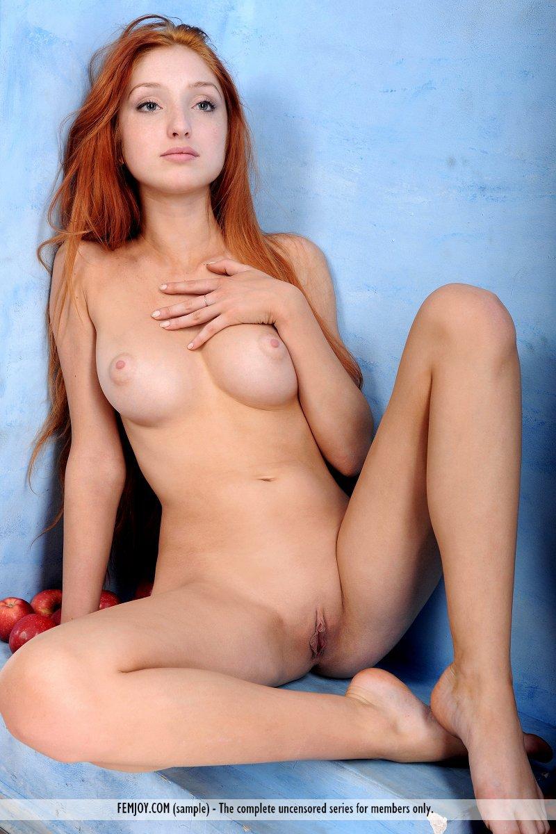 Рыжая детка с большой грудью Red Fox позволяет тебе восхититься каждым сантиметром своего горячего обнаженного тела