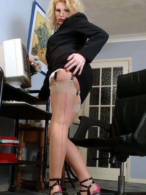 Блондинка секретарша раздевается на работе