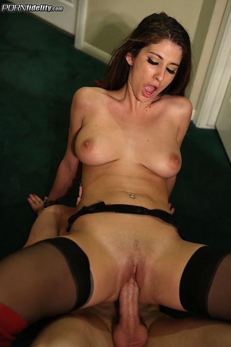 Брюнетка с большими сиськами Karina White присела и сосет хуй XXX порно фото
