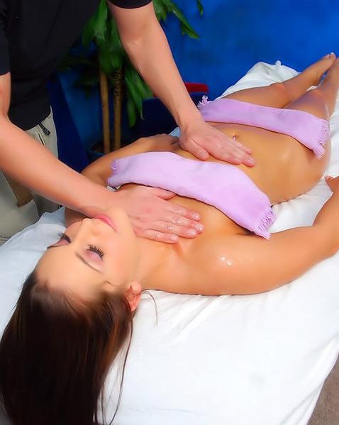Сексуальный массаж с красивой брюнеткой