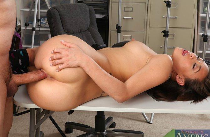Шеф оттрахал на рабочем столе секретаршу