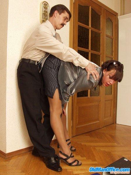 Усатый мужчина задрал юбку шалаве и трахнул до слез