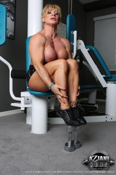 Зрелая дамочка спортивного сложения теребит пальцами клитор и губастую пизду