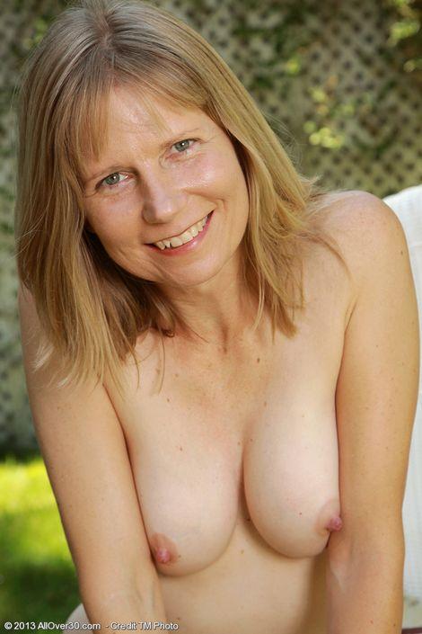 Зрелая мамочка Lexa Mayfair дрочит свой секель на свежем воздухе порно фото XXX