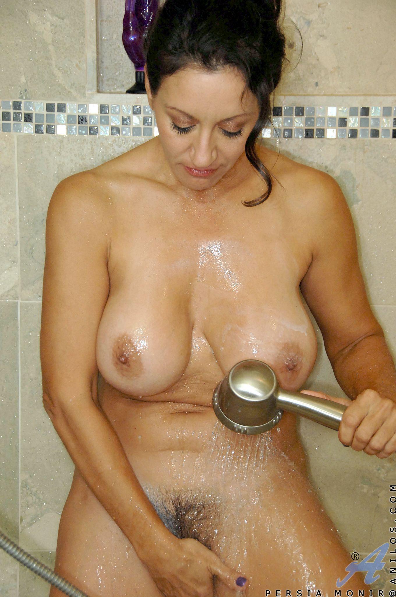 Иранская порно звезда Персиа Монир занимается мастурбацией в душе