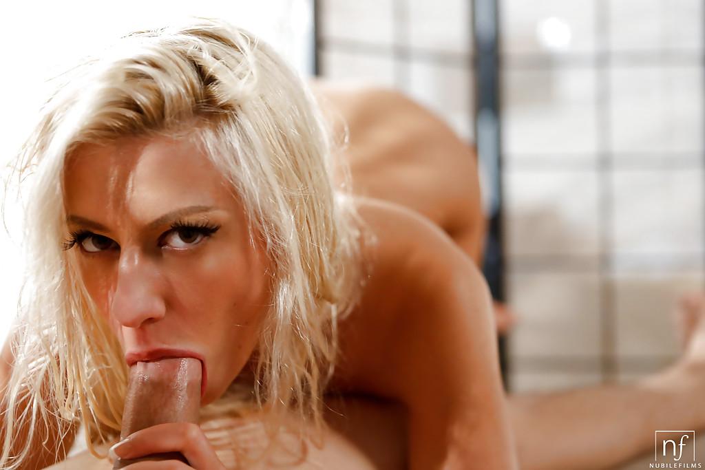 Горячая блондинка сделала парню минет и приняла сперму на тело