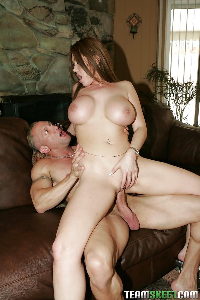 Секс грудастой азиатки с мужиком на кожаном диване закончился камшотом ей в рот