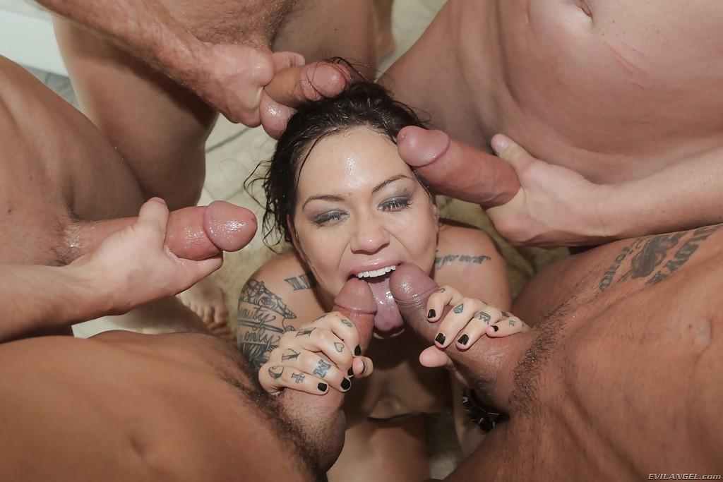 Тёлка с пирсингом в сосках сосёт пять членов и умывается спермой