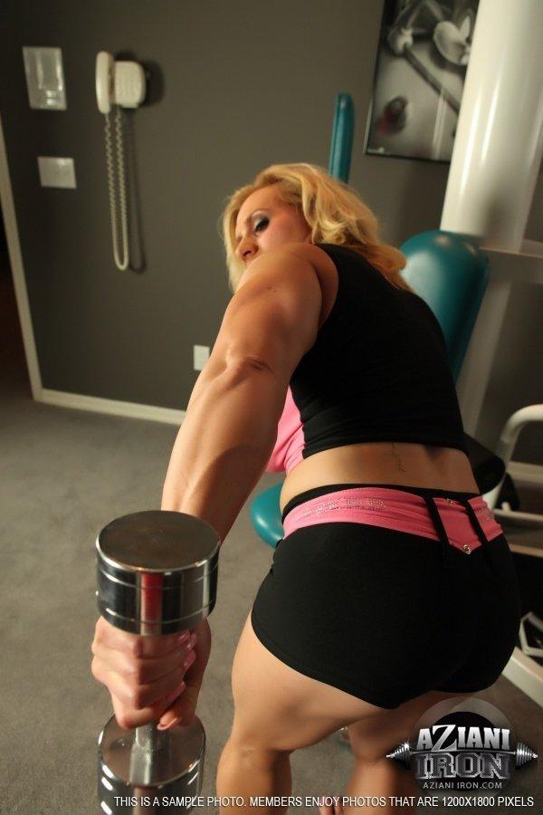 Блондинка явно следит за своей фигурой, но успех тренировок в том, что спортсменка тягает штанги голой