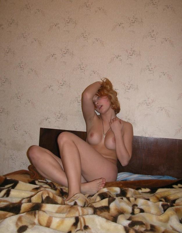 Блондинка в красных трусиках показывает тело на двухспальной кровати