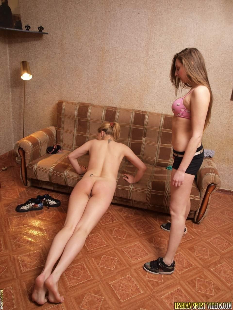 Домашняя гимнастика двух одиноких девушек обычно всегда такая