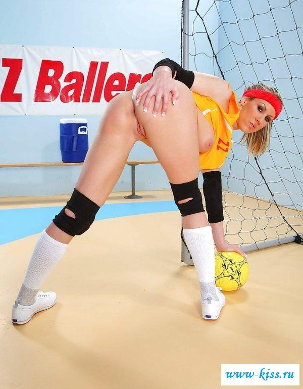 Прекрасная девушка с ручным мячом и голыми дойками